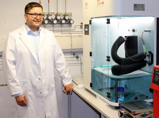 Martin Rieß M.Sc. in front of the measuring system for dynamic gas adsorption in one of Bayreuth's laboratories for Inorganic Chemistry. Photo: Christian Wißler.